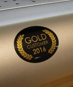 Ett guld klistermärke